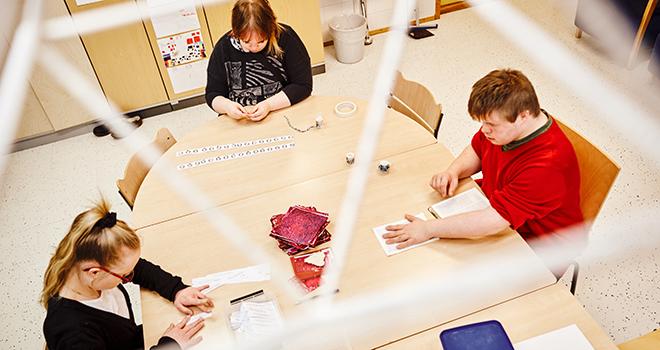 Kuva: Spesia, oppilaita luokassa keskittyneenä tekemiseen